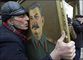 man-kissing-stalin-portrait